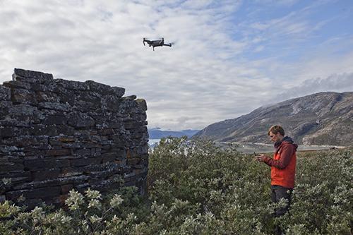 Droneflyvning ved Anavik (foto: Roberto Fortuna, Nationalmuseet).