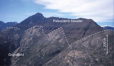 Kløfterne ved Gåseland/Milne Land skåret med i grundfjeldet og fyldt med vulkanske bjergarter for cirka 55 millioner år siden (foto: Michael Larsen).