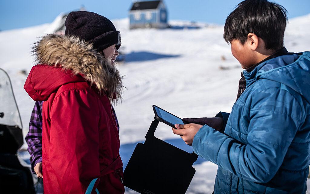 Dataindsamling i nord. Eleverne anvender temperatursensorer til et mindre projekt om albedo og temperatur i naturfagsundervisningen. iPad'en blev anvendt som datalogger (foto: Lars Demant-Poort).