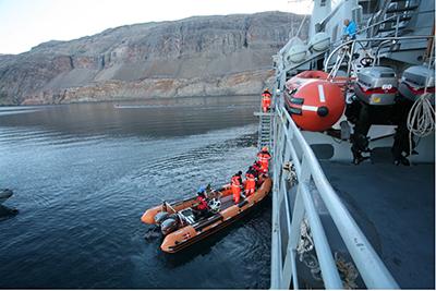 """""""Internationalt samarbejde og øvelser er det, der skal til for at sikre et effektivt beredskab i tilfælde af større ulykker. Det samme gælder også i forhold til oliespild"""", fortæller Michael Hjorth, der er chef for operationscenter og redningscentral i Arktisk Kommando. Her ses et billede fra den første øvelse i samarbejde med de andre arktiske lande, der blev afholdt på Østkysten i Grønland i 2012 (foto: Lars Bøgh Vinther/Forsvaret)."""