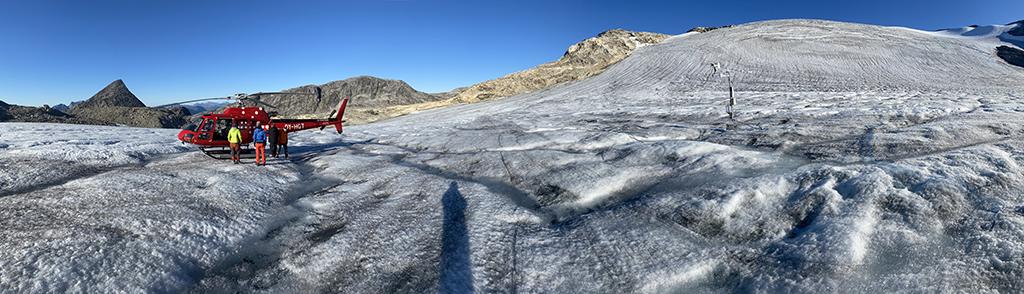 Feltholdet forbereder deres afgang fra Qasigiannguit-gletsjeren efter at have serviceret den automatiske vejrstation og færdiggjort de årlige massebalancemålinger. Vejrstationen betjenes i et samarbejde mellem GEM GlacioBasis Nuuk og PROMICE (foto: Asiaq).