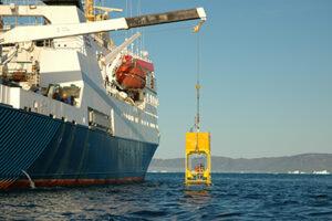 Instrumenter sættes ud på havbunden (foto: Søren Rysgaard).