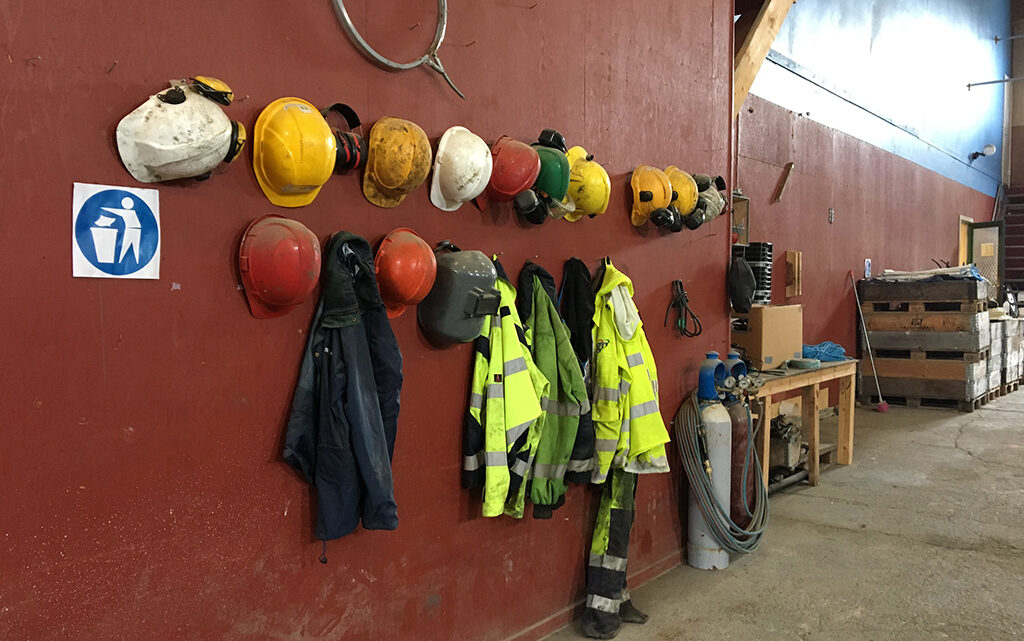 Hjelme I Greenland Mining and Energy's værksted, Sydgrønland (foto: Forskningscenter for Arktisk Olie og Gas, 2017).