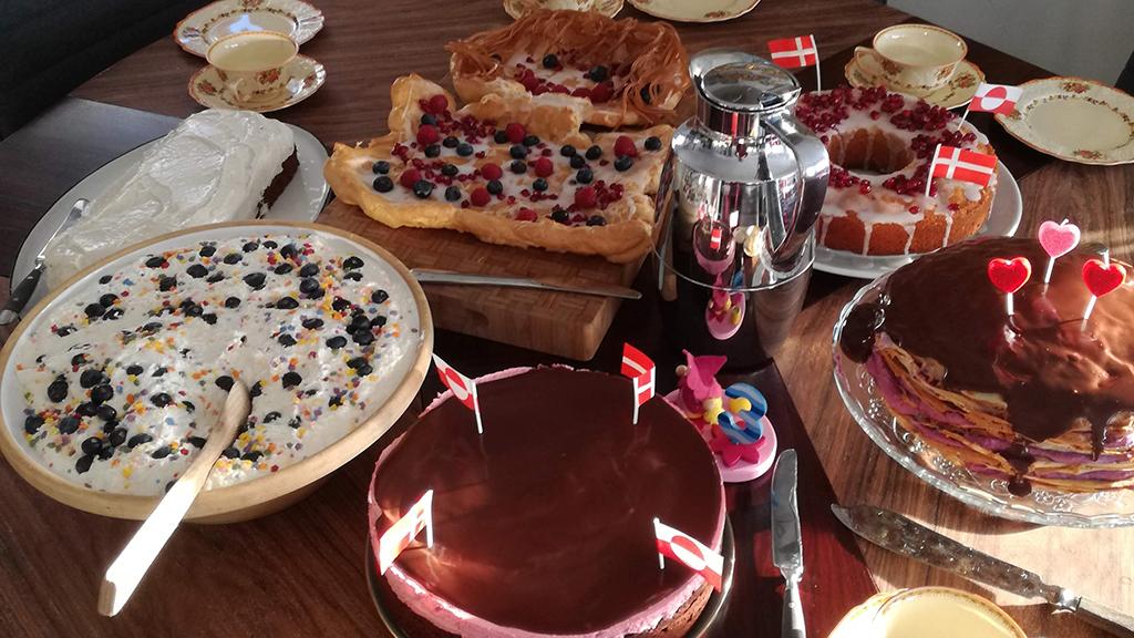 Kaffemik er en fordanskning af ordet kaffillerneq. Det er en fejring, f.eks. fødselsdag, bryllup, dåb eller lign., hvor der serveres kaffe og kage – det bliver også mere almindeligt, at der serveres kolde og varme retter. Det fungerer meget lig et åbent hus arrangement, hvor der ikke er inviteret til et fast tidspunkt, men snarere kommer gæsterne løbende, som det passer dem bedst (foto: Kirstine Eiby Møller).