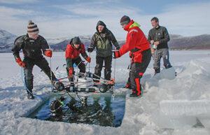 Instrumenter sættes ud under havisen (foto: Peter Schmidt Mikkelsen).