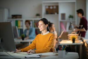 Hvad skal du virkelig betale for SEO, og hvad får du? Omkostningerne ved SEO kan variere ganske meget afhængigt af den måde, SEO agentur vælger at arbejde, og hvad prismodel bruges. For SMV'er varierer omkostningerne ved SEO afhængigt af mængden af søgeord, der skal arbejdes med, samt prisen pr. nøgleord. For store virksomheder, er det i stedet et spørgsmål om rent timegebyrer, der er mere omkostningseffektive, fordi SEO specialist derefter går ind i en mere høring rolle. For at præcisere, vil vi sortere nogle af de mest almindelige spørgsmål i forbindelse med omkostningerne ved SEO. Prismodeller/betalingsmodeller Der er flere forskellige prismodeller for SEO. En af de mest almindelige er at betale en fast månedlig pris pr søgeord (normalt $ 10 - $ 50 per søgeord). Denne prismodel er velegnet til virksomheder, der skal ses på relativt få søgeord (hjemmesider på mellem 1 - 50 sider), der kræver et par heftig engangsindsatser. En anden almindelig prismodel i Sverige er kun at betale for placeringer, når søgeordene er i top 10. Ulempen ved denne prismodel er, at SEO virksomheder ofte vælger meget enkle søgesætninger for at få placeringer på at opdrage omkostningerne, hvilket betyder, at kunden ikke kan få lov til at vælge de søgeord, der er mest vanskelige og drive mest trafik, eller kunden får en unødigt høje omkostninger. For større SEO-projekter (hjemmesider over omkring 100 sider) med hundredvis af søgeord, timeløn er mest almindelig og mest hensigtsmæssig. Årsagen er, at ellers prisen kan være meget forkert i forhold til mængden af arbejde (i timer), der rent faktisk skal sættes ned. Disse projekter ofte tilføje andre roller, der til en vis grad lindre SEO specialist, der vil have en mere hørelig rolle. Hvad skal medtages? Hvis du har valgt en søgeordsbaseret prismodel, får du normalt kun adgang til en SEO-specialist. Leveringen skal omfatte: Nøgleordsanalyse Tekster (titler, beskrivelser, alt-tekster, mindre mængde af brugerdefinerede kopi). Link bygning af enhve