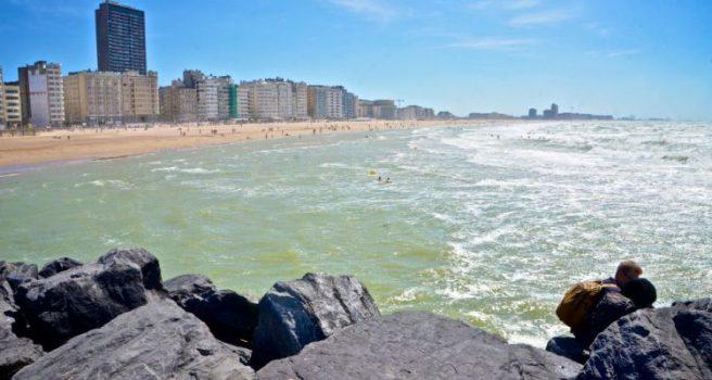 Strandopruimer redt meisjes van de verdrinking