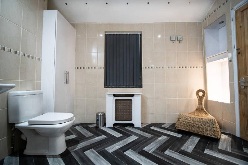 stone-house-bathroom