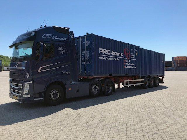 Skibscontainer til salg/leje ved PRO-trans A/S. Lastbil med to containere bagpå. Vi har mange forskellige typer af skibscontainer. Fra 10 fod til 40 fod og mange forskellige varianter.