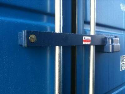 låsebom monteret på container