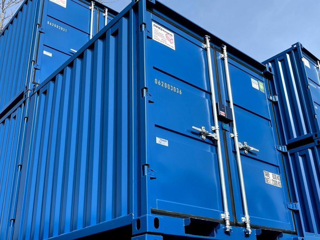 Lagercontainer 8 fod Containex, Blå (RAL 5010). Set udefra, stablet