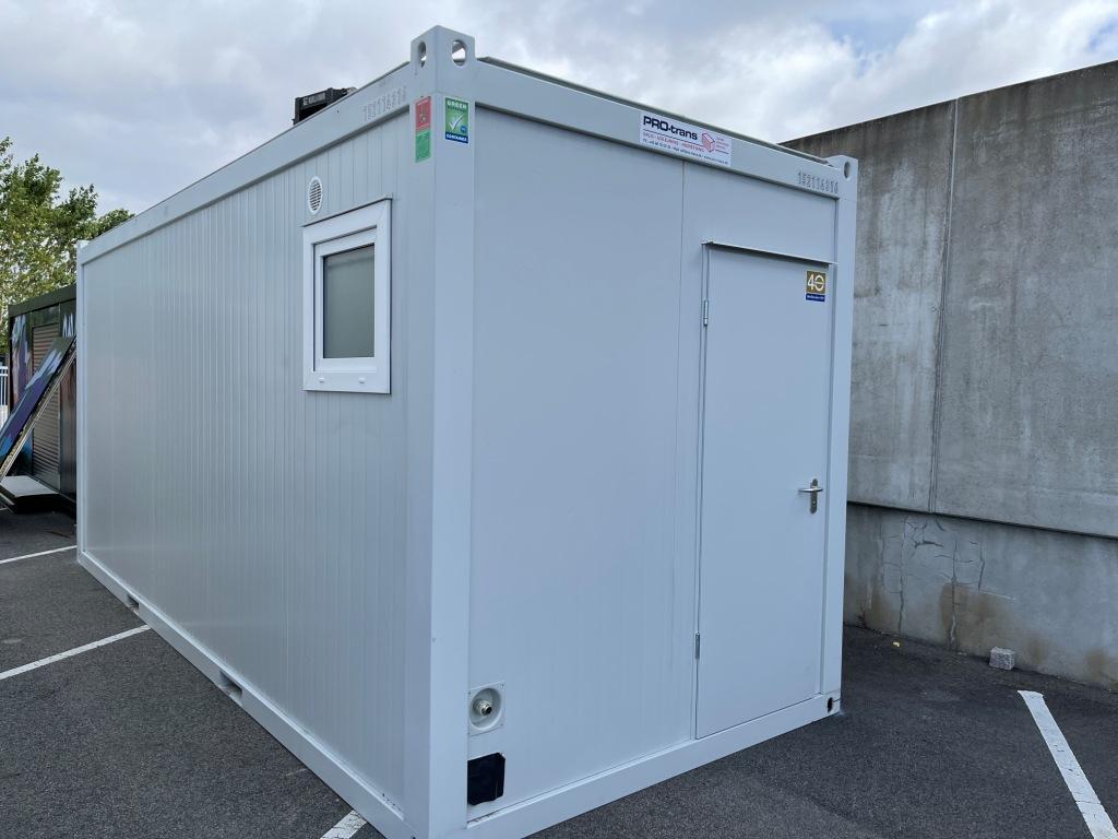 Beboelsescontainer fra Containex, indeholder toilet med bad samt en gang, og et større rum med tekøkken