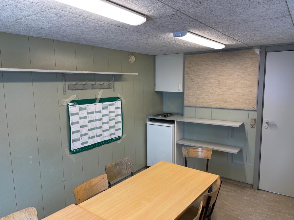 mini køkken med køleskab og kogeplader