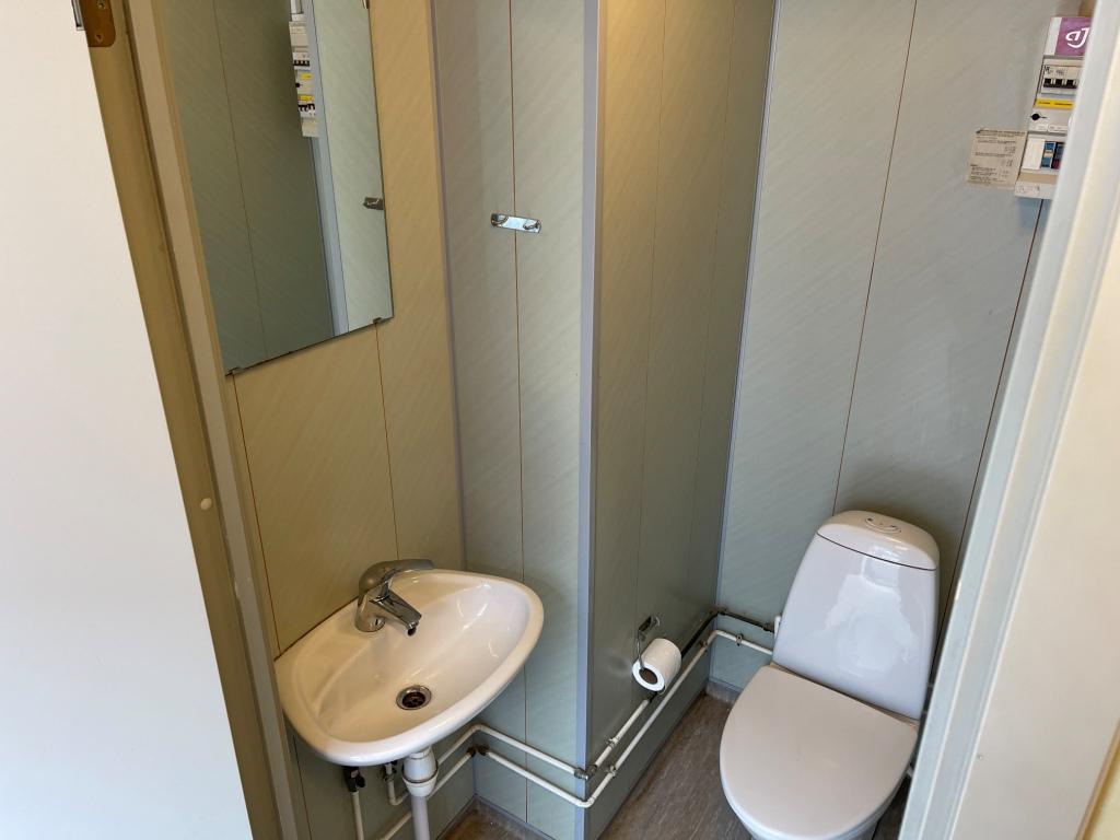 Toilet med vask og spejl