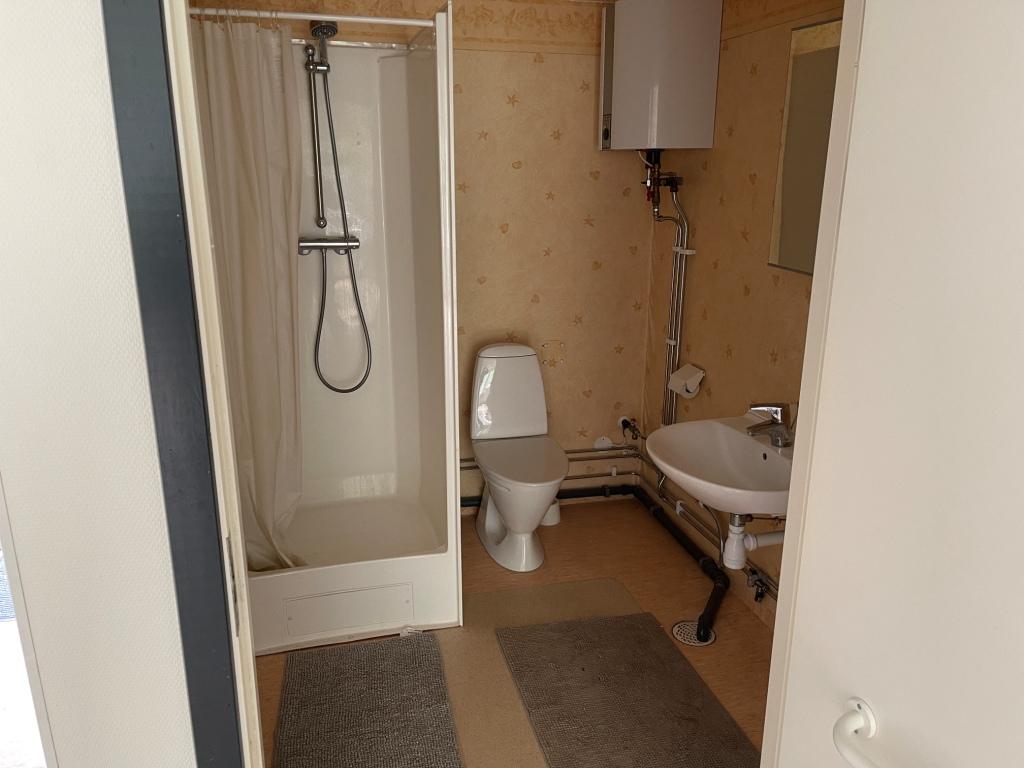 Beboelsespavillon indeholder køkken og garderobeskab samt toilet/bad. Varmtvandsbeholder og varmepumpe.