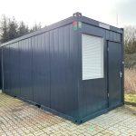 Kontorcontainer til salg 022033308. Har dør samt vindue i gavl og i modsat gavl har den stort + lille vindue. Det lille vindue kan udskiftes med aircondition. Kontorcontaineren er i farven antracit grå (RAL 7021). Møbler kan medfølge.