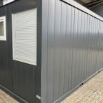 Kontorcontainer til salg 022033304. Har dør samt vindue i gavl og i modsat gavl har den stort + lille vindue. Det lille vindue kan udskiftes med aircondition. Kontorcontaineren er i farven antracit grå (RAL 7021). Møbler kan medfølge.