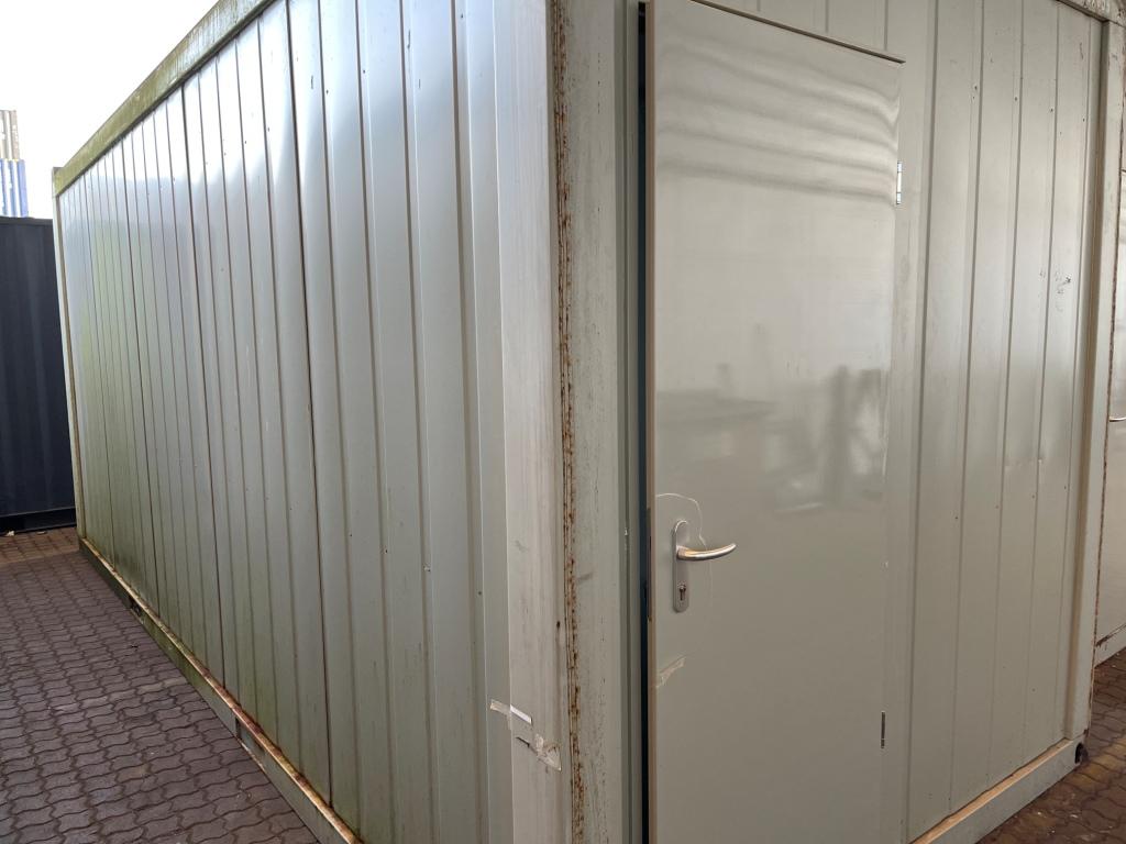 Kontorcontainer 20837659 set udefra. 20' har dimensioner: L: 6055 mm x B: 2435 mm x H: 2800 mm, lofthøjde på 2540 mm. Det er en brugt container fra 2008 i farven grå RAL 7032