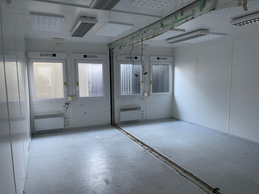 Kontorcontainer 20837660 set indefra. 2 x 20' har dimensioner: L: 6055 mm x B: 4875 mm x H: 2800 mm, lofthøjde på 2540 mm. Det er en brugt container fra 2008 i farven grå RAL 7032
