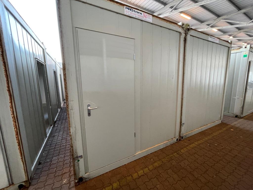Kontorcontainer 20837660 set udefra. 2 x 20' har dimensioner: L: 6055 mm x B: 4875 mm x H: 2800 mm, lofthøjde på 2540 mm. Det er en brugt container fra 2008 i farven grå RAL 7032