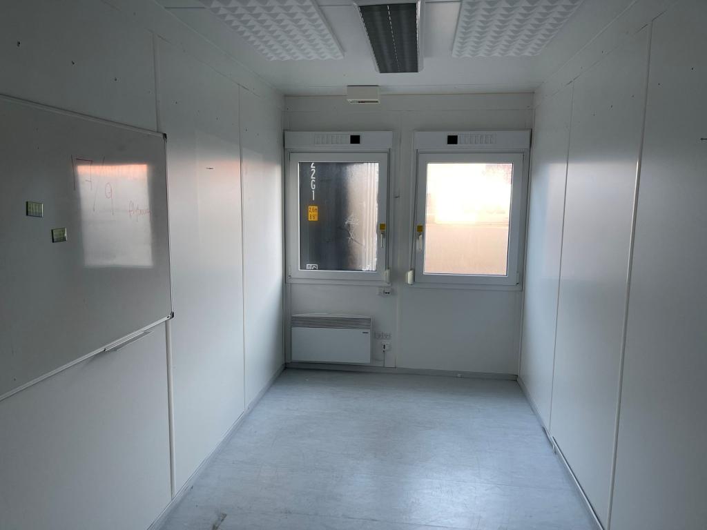 Kontorcontainer 20837663 set indefra. 20' har dimensioner: L: 6055 mm x B: 2435 mm x H: 2800 mm, lofthøjde på 2540 mm. Det er en brugt container fra 2008 i farven grå RAL 7032