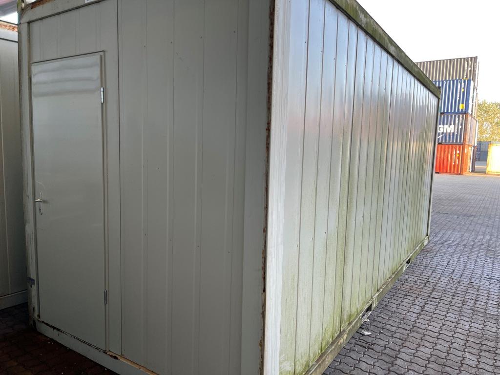 Kontorcontainer 20837663 set udefra. 20' har dimensioner: L: 6055 mm x B: 2435 mm x H: 2800 mm, lofthøjde på 2540 mm. Det er en brugt container fra 2008 i farven grå RAL 7032