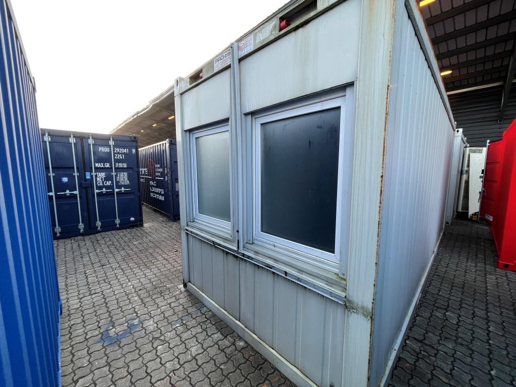 Kontorcontainer 20837664 set udefra. 20' har dimensioner: L: 6055 mm x B: 2435 mm x H: 2800 mm, lofthøjde på 2540 mm. Det er en brugt container fra 2008 i farven grå RAL 7032