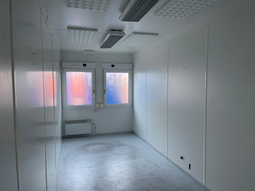 Kontorcontainer 20837665 set indefra. 20' har dimensioner: L: 6055 mm x B: 2435 mm x H: 2800 mm, lofthøjde på 2540 mm. Det er en brugt container fra 2008 i farven grå RAL 7032