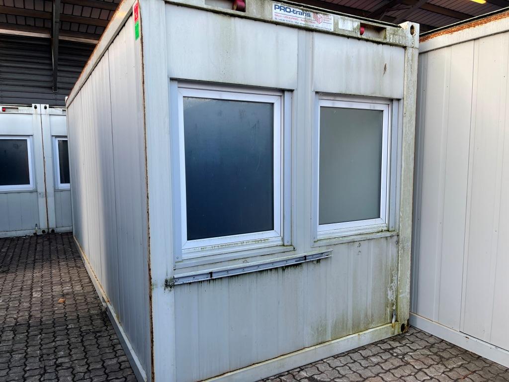 Kontorcontainer 20837665 set udefra. 20' har dimensioner: L: 6055 mm x B: 2435 mm x H: 2800 mm, lofthøjde på 2540 mm. Det er en brugt container fra 2008 i farven grå RAL 7032