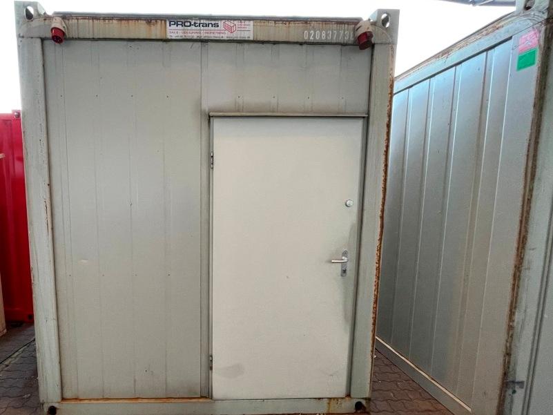 Kontorcontainer 20837738 set udefra. 24' har dimensioner: L: 7335 mm x B: 2435 mm x H: 2800 mm, lofthøjde på 2540 mm. Det er en brugt container fra 2008 i farven grå RAL 7032
