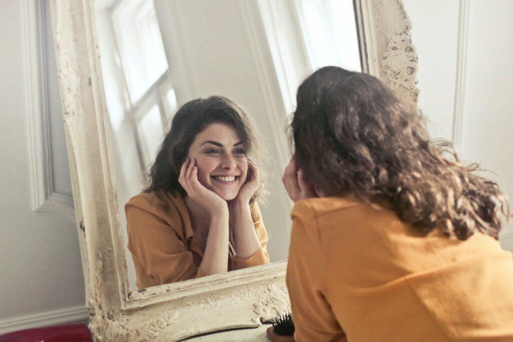 vrouw voor spiegel