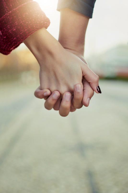 At finde hinanden igen. Støtte og holde fast i hinandens hænder, giv ikke slip på det vi har.