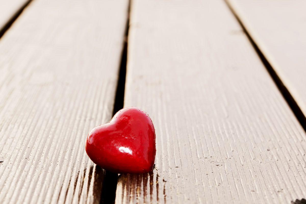 alene hjerte, tabt på trægulvet