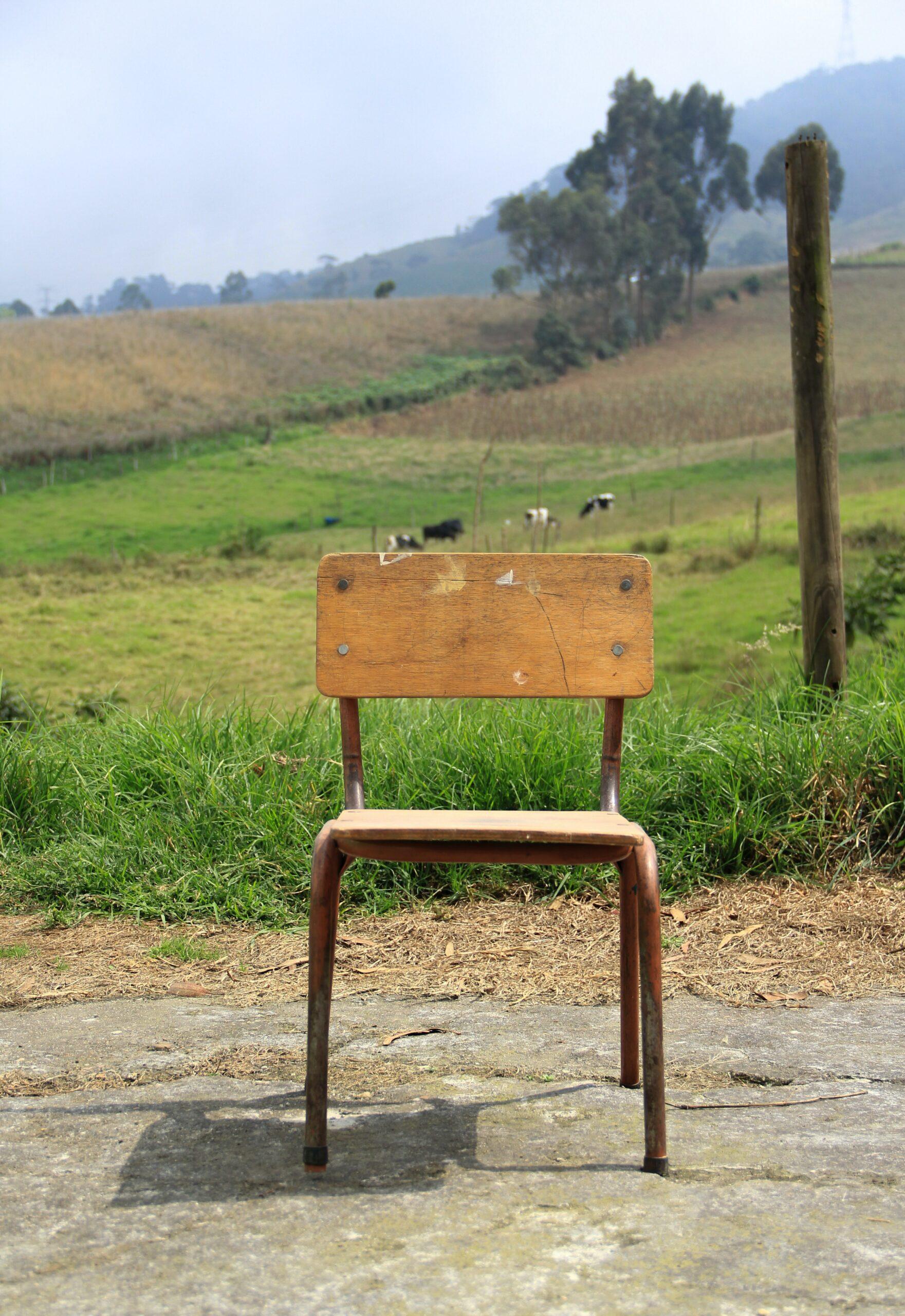 Billede af stol foran mark