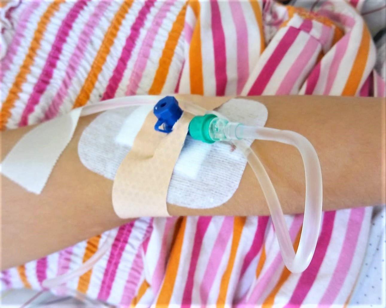 Schulkind im Krankenhaus, Verdacht auf Blinddarmentzündung, Infusionsnadel, Familienleben, Freitagslieblinge, Puddingklecks, Mamablog