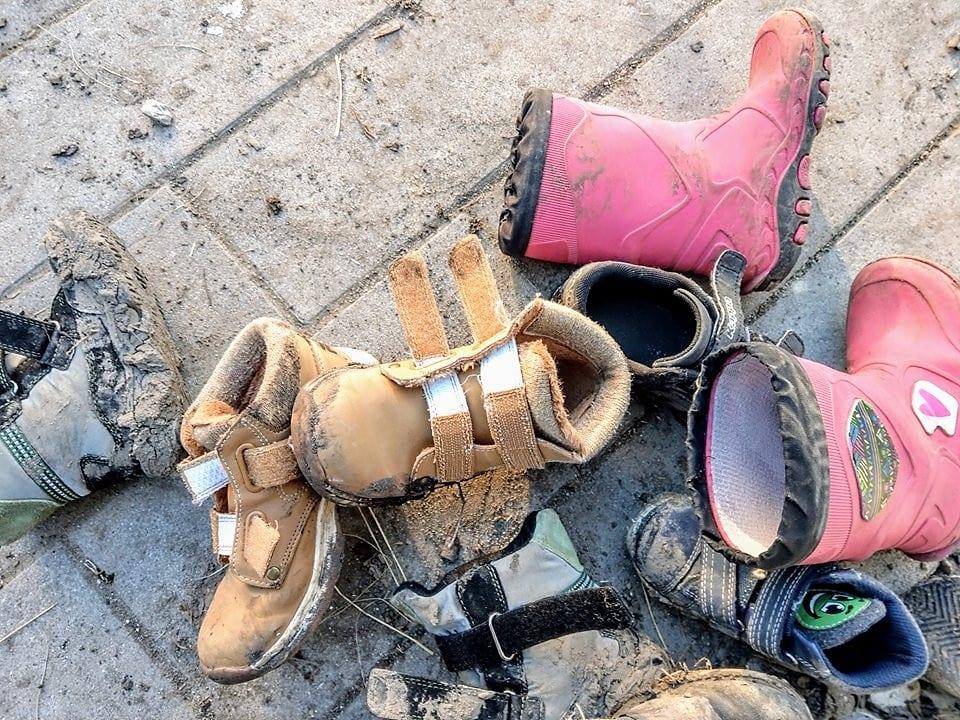 Dreckige Schuhe gehören zum Haushalt in der Großfamilie dazu