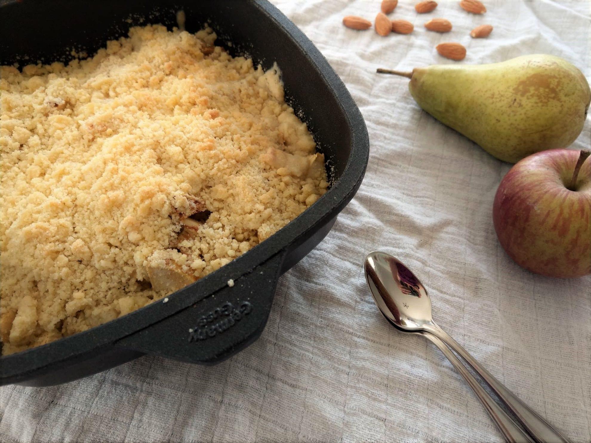 Ein kinderleichtes Rezept für Birnencrumble mit Mandeln. Auch leicht umsetzbar für Kinder.