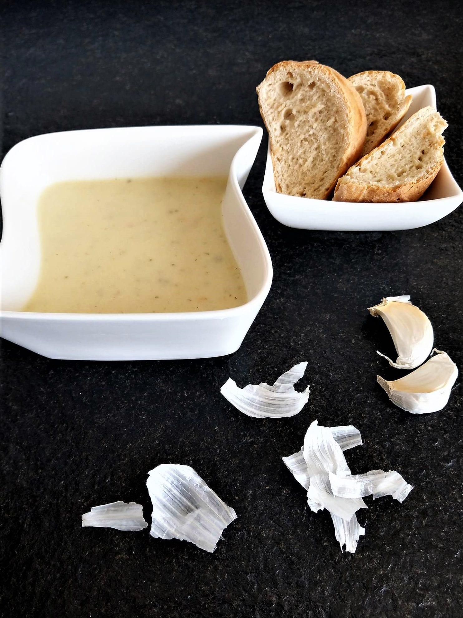 Mit der Knoblauchsuppe bringt man ein Highlight auf den Teller. Einfach und simpel wird sie zubereitet, schmecken tut sie dafür hervorragend.