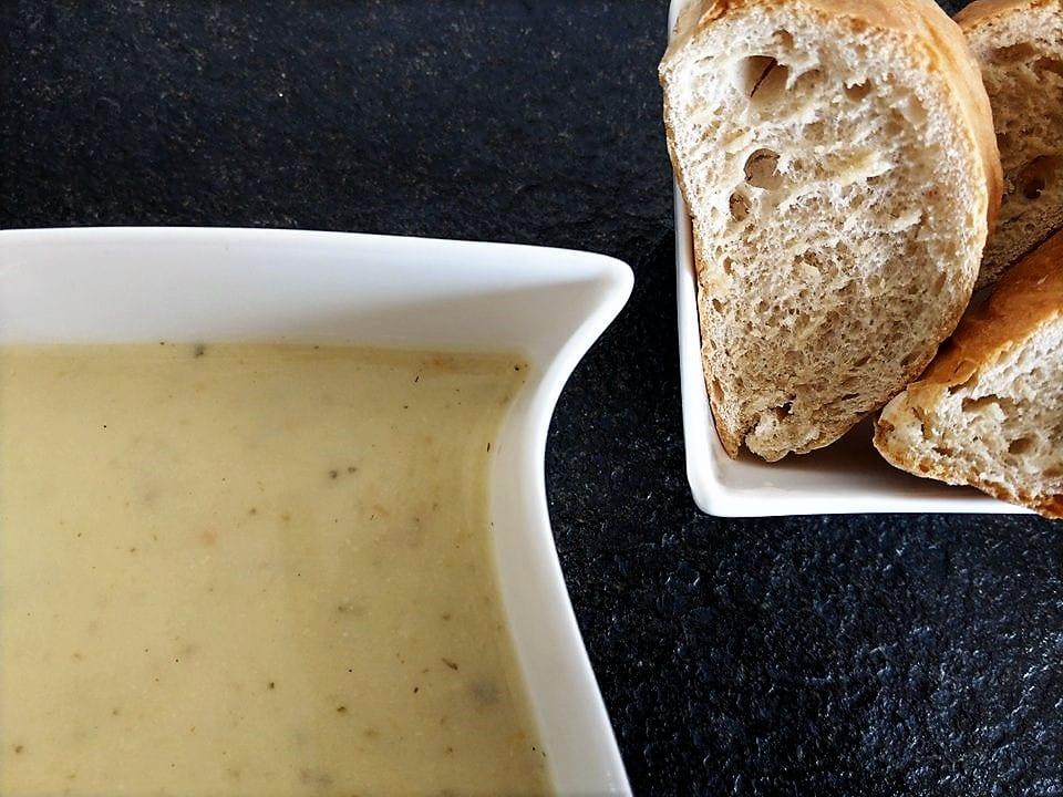 Mit der Knoblauchsuppe bringt man ein bisschen Piff auf den Teller. Einfach und simpel wird sie zubereitet, schmecken tut sie dafür hervorragend.