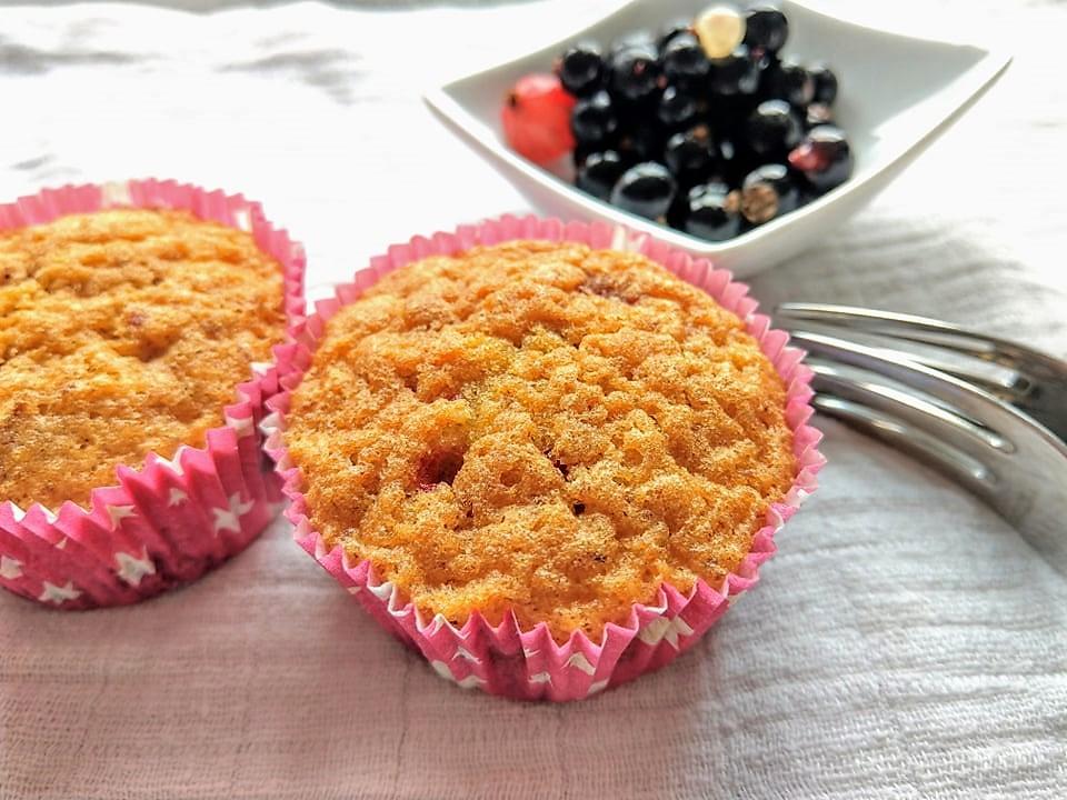 Diese schnellen Muffins mit Johannisbeeren gehen kinderleicht, brauchen keine exotischen Zutaten und schmecken einfach nur lecker. Und wer kein Verfechter für Johannisbeeren ist, der kann diese beliebig durch andere Beeren austauschen. Kleine Naschereien zum Nachbacken.