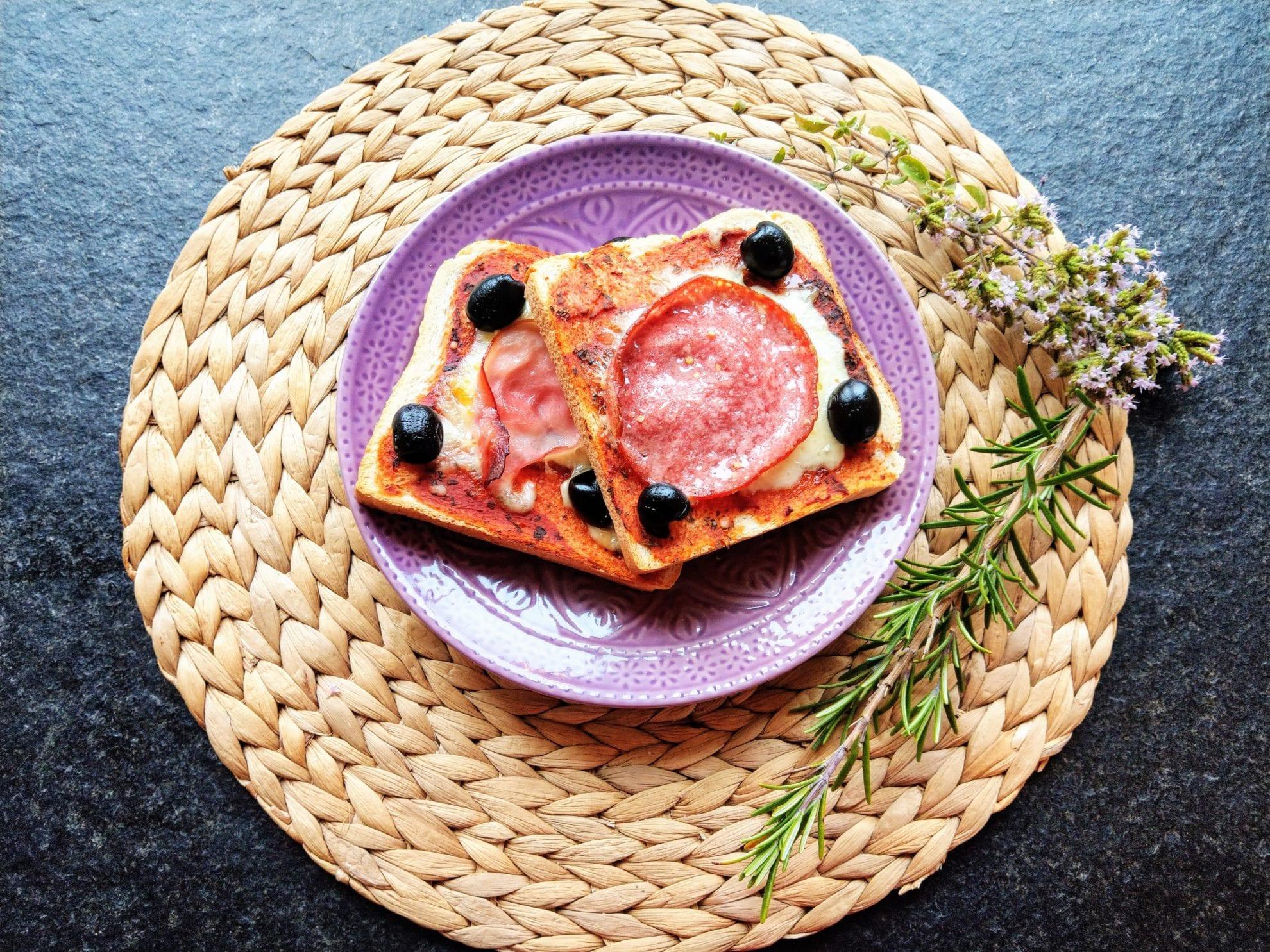 Pizzatoast mit Tomatensoße, ein simples Rezept: perfekt als Partysnack, als Mittagessen oder einfach nur so. Im Großfamilienblog auf puddingklecks.de
