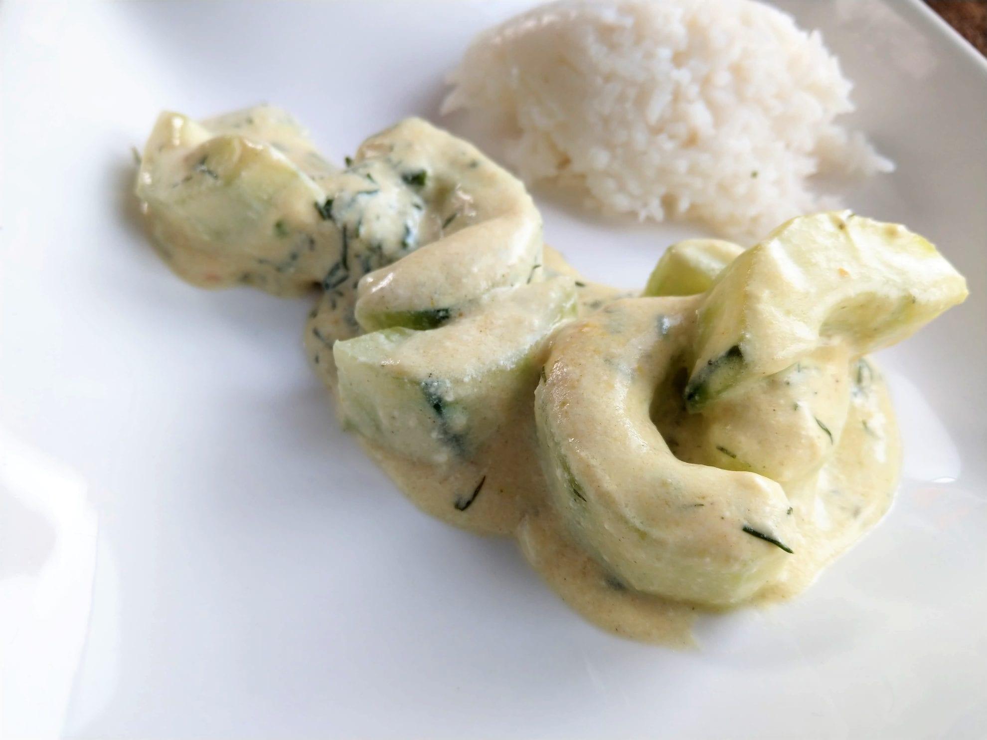 Schmorgurke ist ein tolles Rezept für den Herbst. Hier ein vegetarisches Rezept mit Dill und Sauerrahm, das schnell und einfach umzusetzen ist.