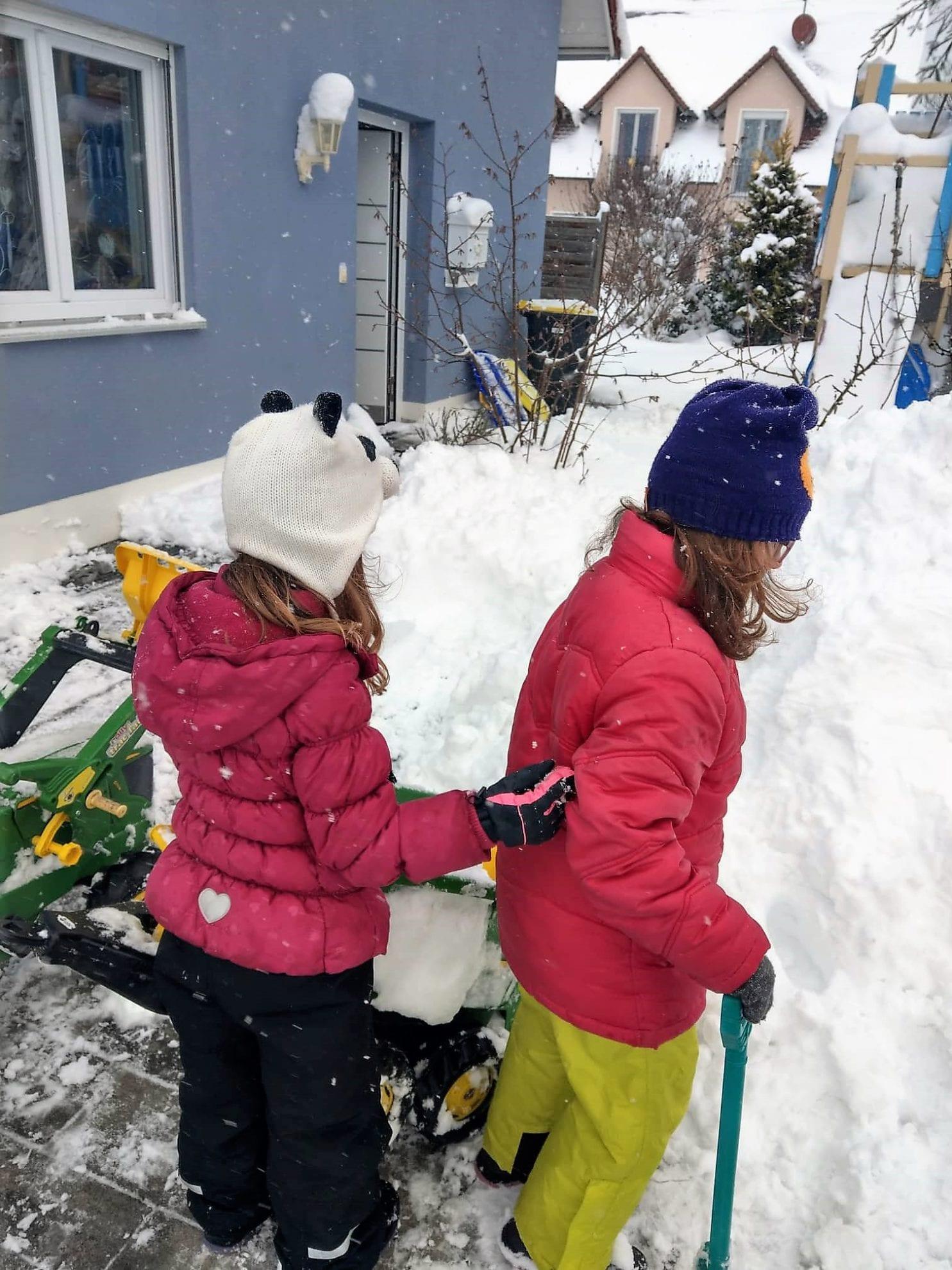 Unser 12 von 12 im Januar 2019 ist geprägt von Schnee. Hier ist alles weiß und die Kinder versuchen sich an einem Iglu. 12 Bilder von unserem Tag.