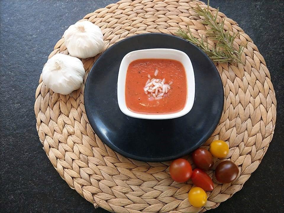 schnelle Tomatensuppe für Faule: ein simples Kochrezept, das in wenigen Minuten zubereitet ist.
