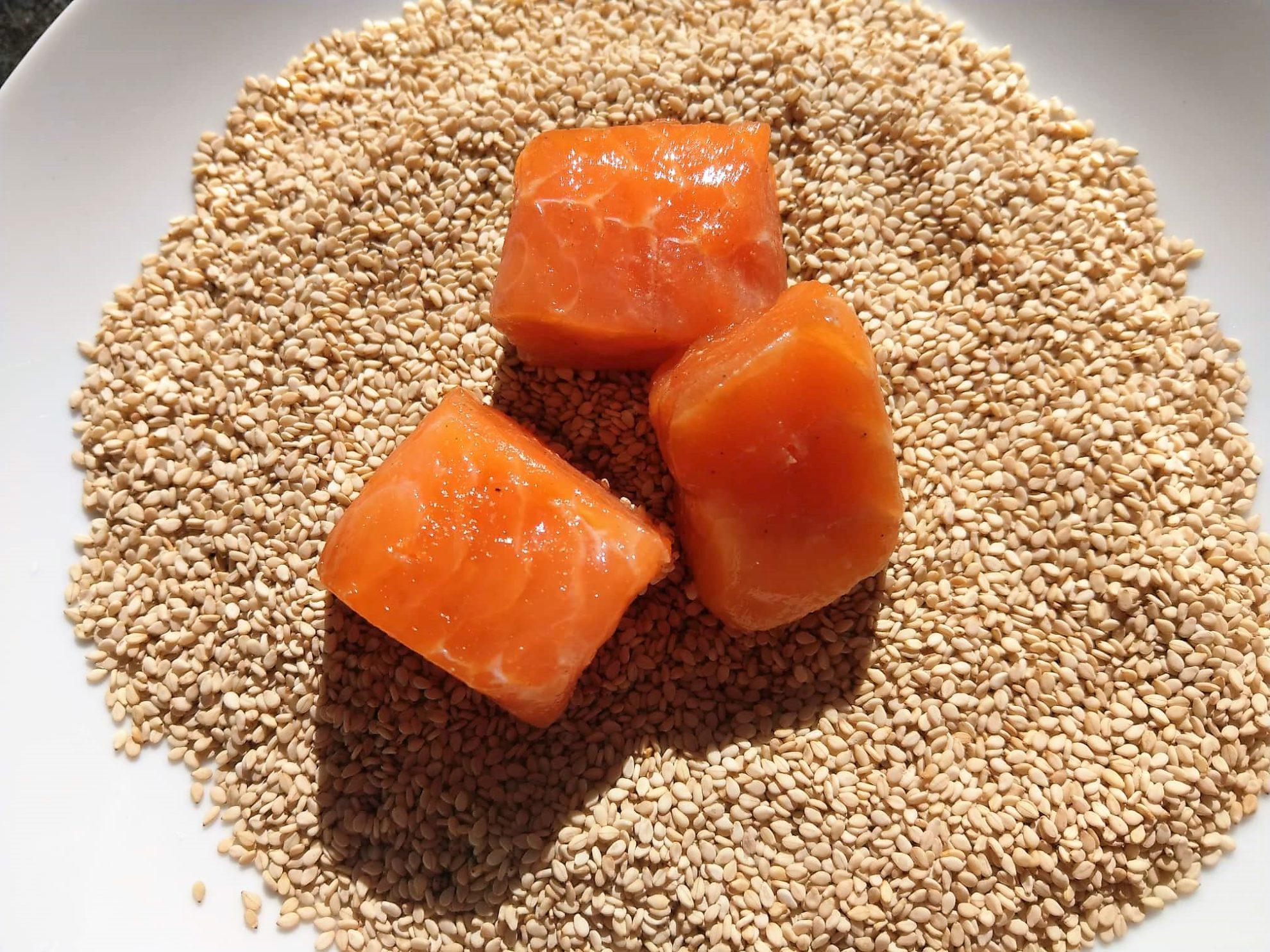 Ein simples Rezept für Lachs in Sesamkruste, denn Lachs hat viele gesundheitliche Effekte, wie Omega-3-Fettsäuren, die sich positiv auf den Körper auswirken.