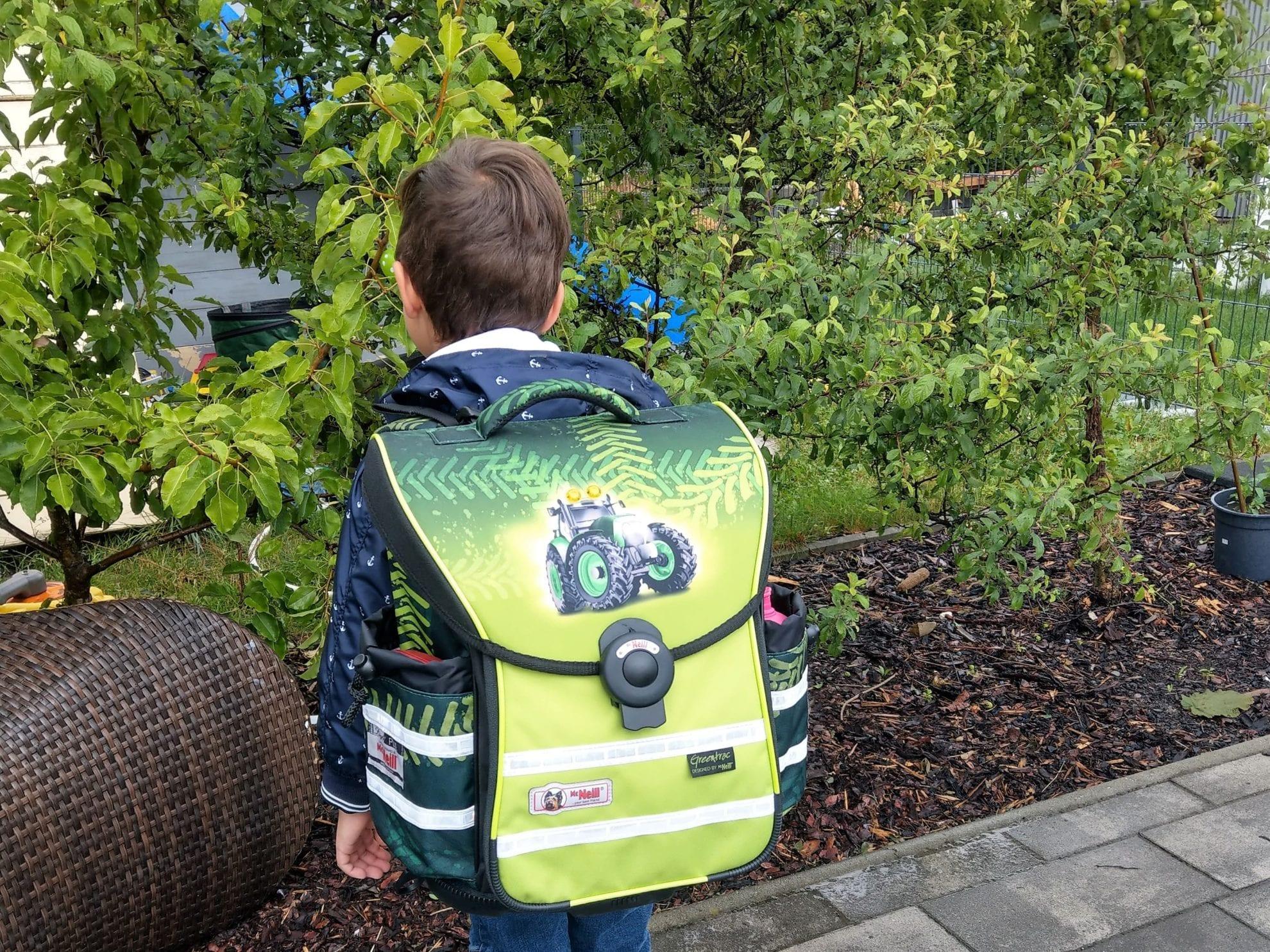 Letzter Kindergartentag, Schulkind, Schulranzen, Traktor