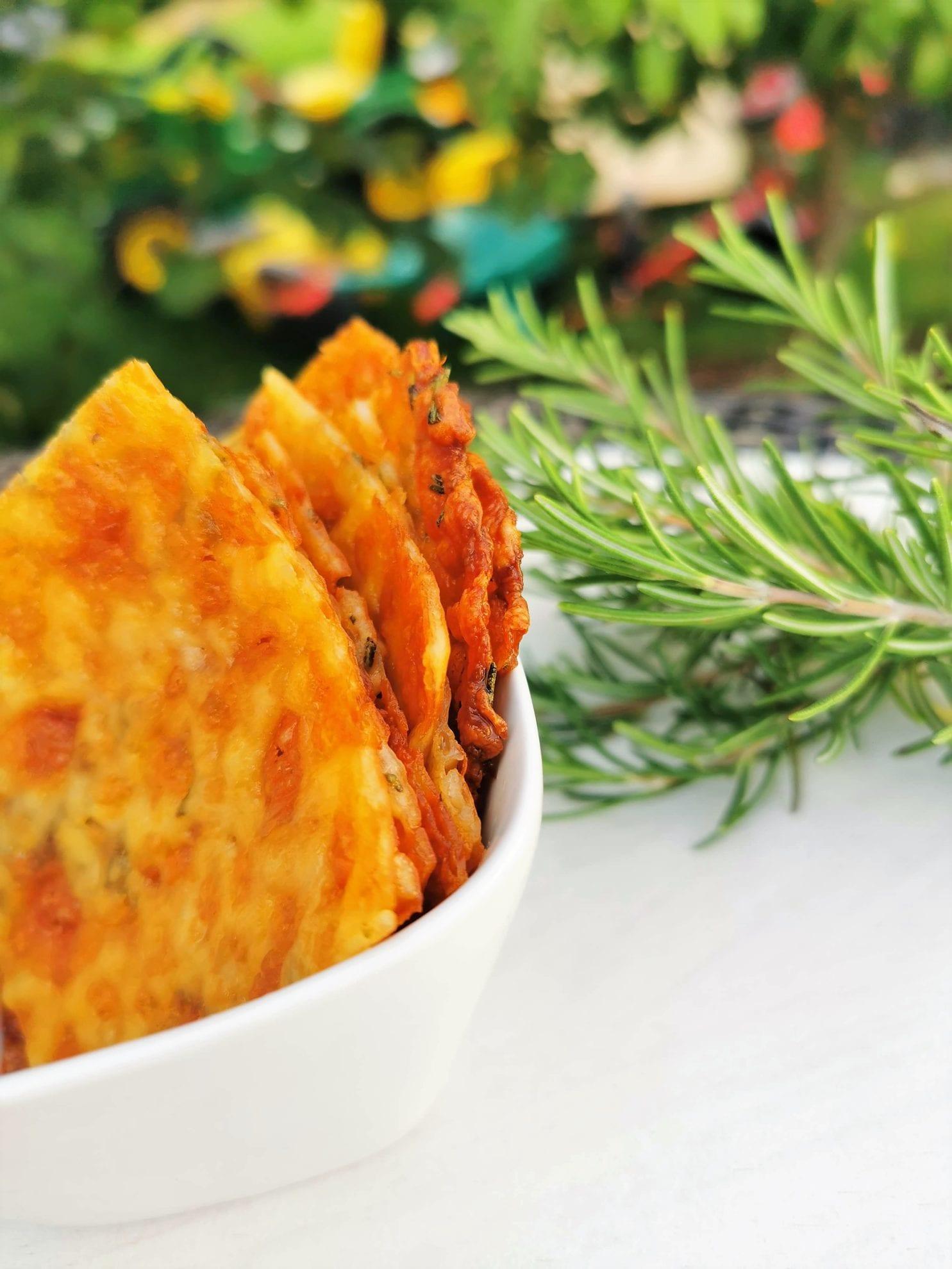 lecker Rezept fuer Kaesechips aus Mozzarella mit Rosmarin bei Puddingklecks Mamablog