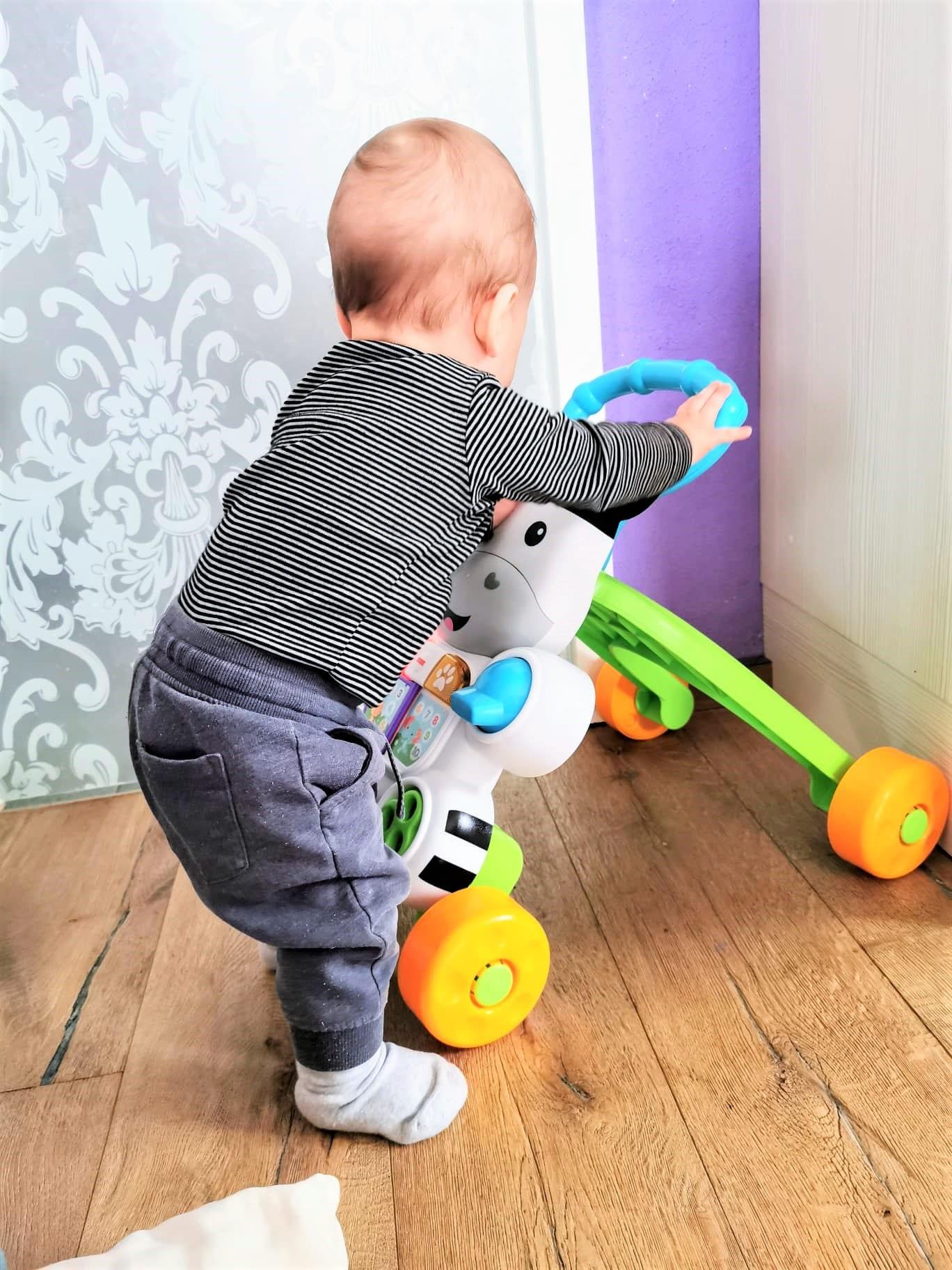 Mein Baby ist acht Monate alt. Ich erzähle über die Entwicklung, den Schlaf und wie er sich ernährt. Ein Babyupdate auf Puddingklecks, dem Großfamilienblog