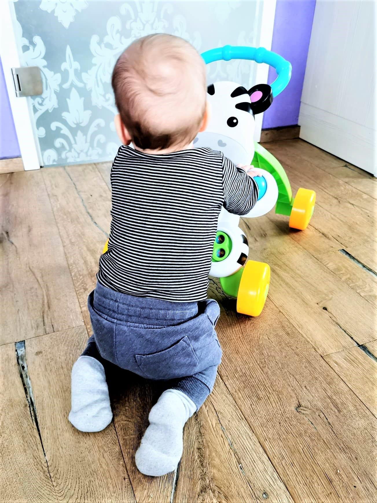 Mein Baby ist acht Monate alt. Ich erzähle über die Entwicklung, den Schlaf und wie er sich ernährt.