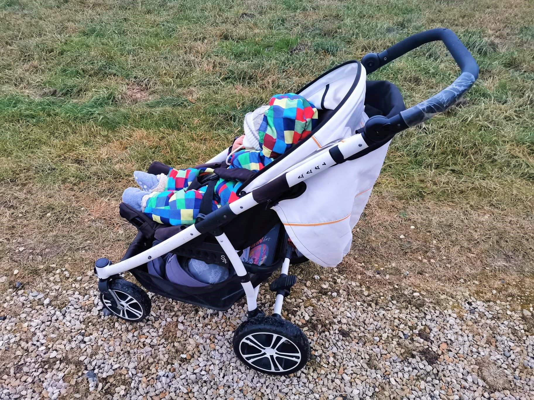 Kinderwagen Buggy von Gesslein mit Baby acht Monate alt auf Puddingklecks. dem Mamablog